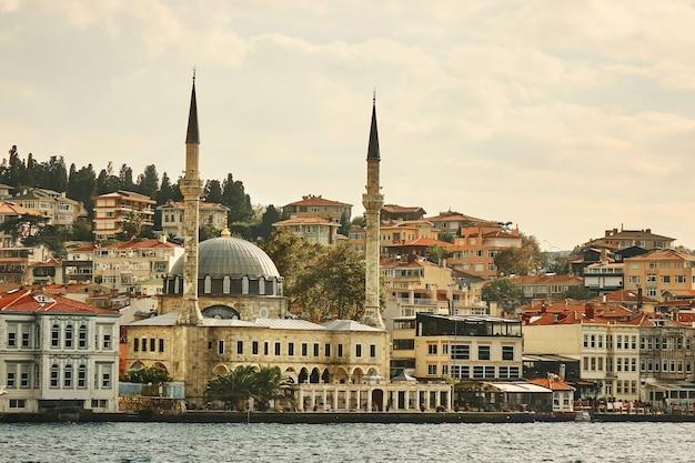 Пейзаж района эминёню в городе стамбул в турции с новой мечетью и собором святой софии