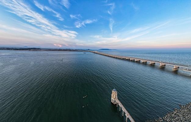 Пейзажная картина: мост на море