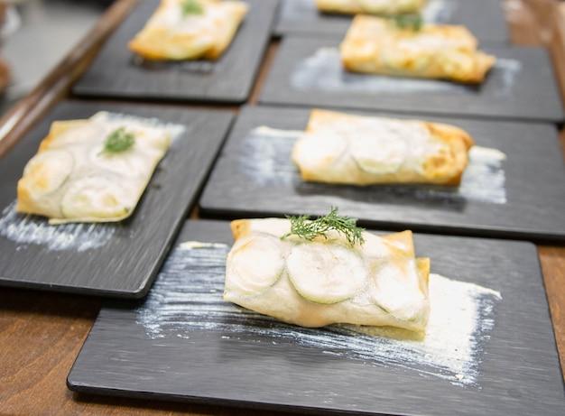 社会的なイベントのためのグルメ高級料理の偉大なスペインの専門家による実際のチームワークのシーン