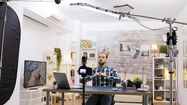 Dietro le quinte del giovane vlogger che utilizza la tecnologia moderna per registrare il suo stile di vita per gli abbonati.