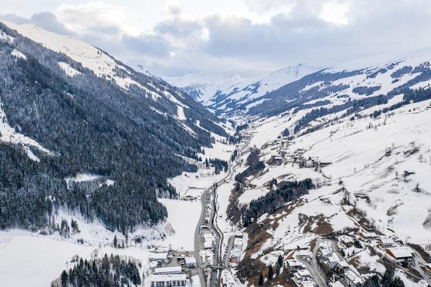Ripresa aerea panoramica di una città tra le alpi di montagna