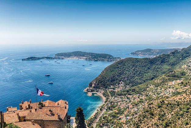Живописный вид с воздуха из города эз на красивое побережье недалеко от города ницца, лазурный берег, франция. это один из самых известных туристических объектов французской ривьеры.