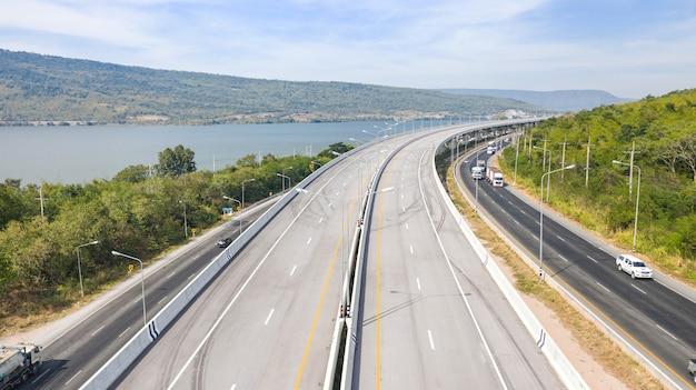大きな高速道路の風光明媚な空中写真、道路のドローンとタイの緑の森の山からの上面図