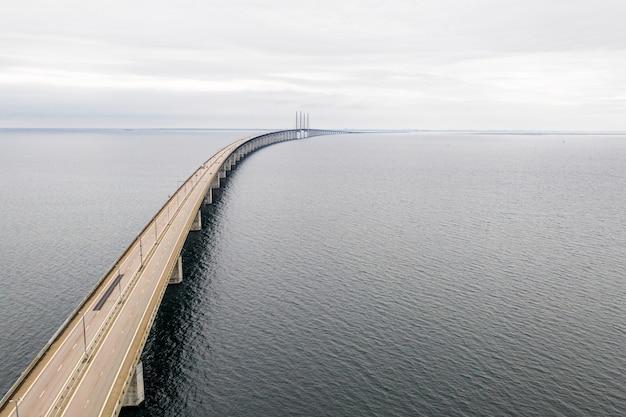 スウェーデンとデンマークを結ぶエーレスンド海峡を渡るエーレスンド橋の美しい空撮
