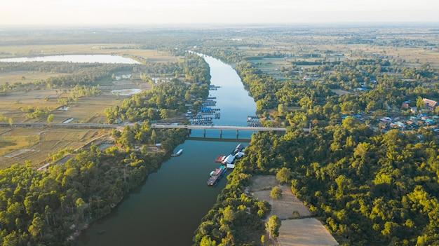 タイの田舎の川の橋の風光明媚な空撮