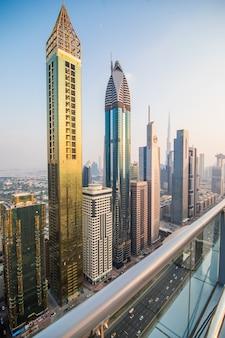 고층 빌딩과 고속도로와 두바이, 아랍 에미리트 시내에서 경치 좋은 공중보기. 다채로운 여행 배경입니다.