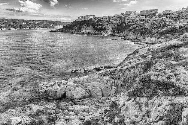 Живописный вид с воздуха на побережье санта-тереза-галлура, расположенного на северной оконечности сардинии.