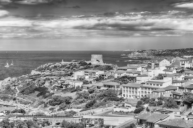 Живописный вид с воздуха на город санта-тереза-галлура