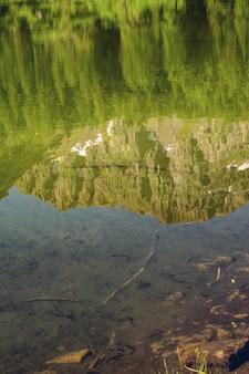 Живописное озеро альп с отражением в воде