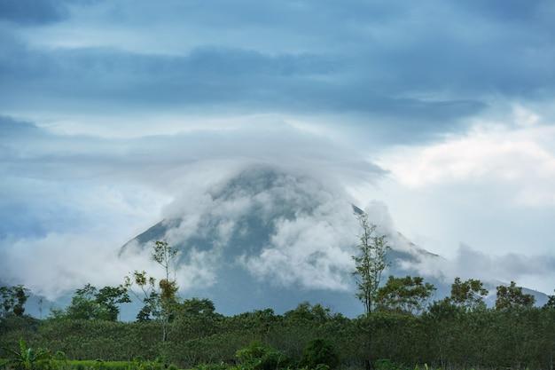 Живописный вулкан ареналь в коста-рике, центральная америка