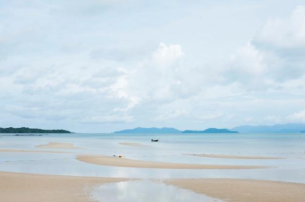 Spiaggia panoramica e vista sulle montagne