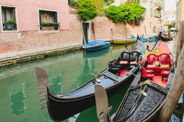 Живописный канал с гондолой, венеция, италия.