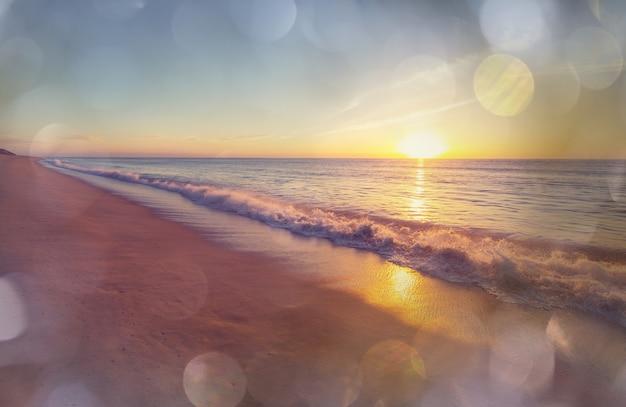 海岸の風光明媚なカラフルな夕日。壁紙や背景画像に適しています。