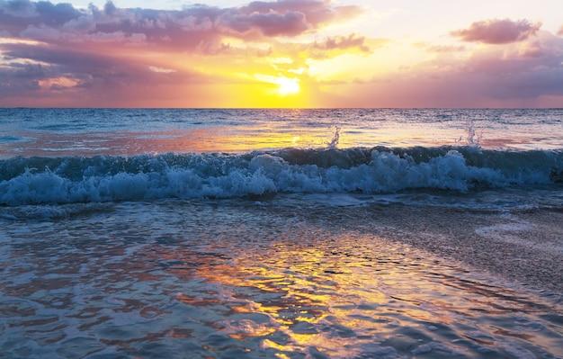 Живописный красочный закат на берегу моря. подходит для обоев или фонового изображения.