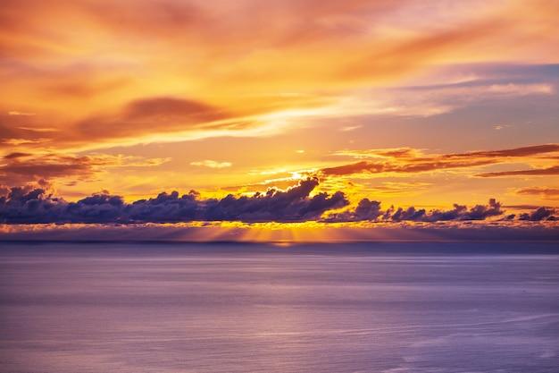 Живописный красочный закат на берегу моря.