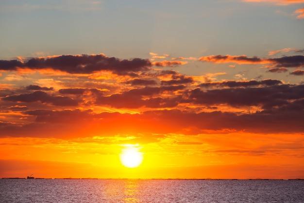 海岸の風光明媚なカラフルな夕日。