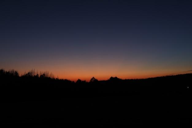 秋の日没の風光明媚な田園風景
