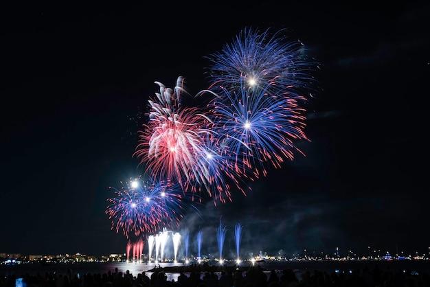 Живописный фейерверк, светящийся ночью для празднования 14 июля в гавани канн, лазурный берег, франция