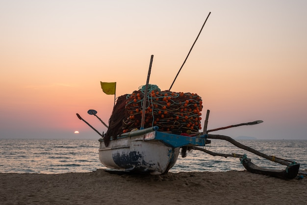 Живописный рыболовный пейзаж пляжа велсао в гоа с каноэ для рыбалки