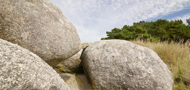 Живописное образование больших круглых скал на берегу атлантического океана. остров ароза, понтеведра, испания