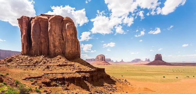 赤い砂岩の山々の風光明媚な層