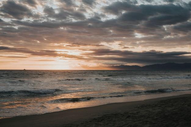 Живописный мрачный закат на пляже