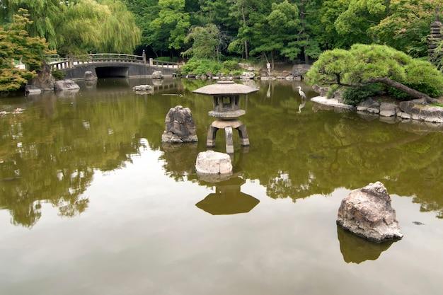 手前に大きな池がある風光明媚な枯山水