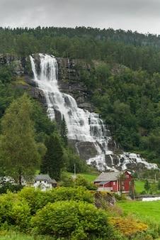 Живописный пейзаж в согн-ог-фьордане, западная норвегия