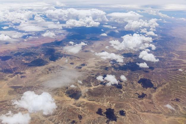 비행기에서 맑고 푹신한 구름 산맥이 있는 사막 산 뉴멕시코의 아름다운 풍경