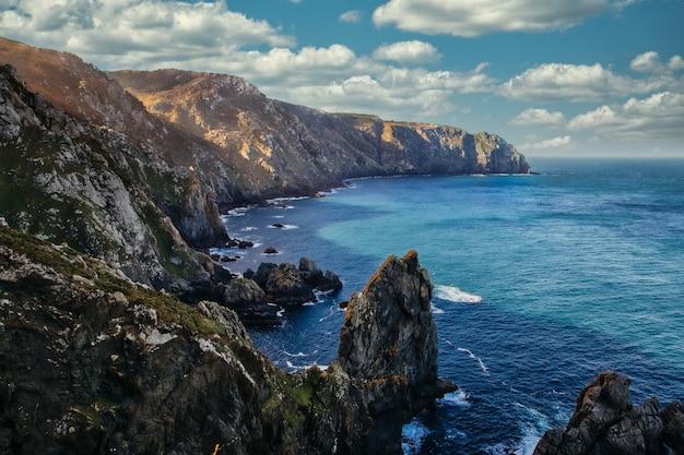 Живописный пейзаж морских скал и скал возле маяка на мысе ортегал в карино, корунья, испания