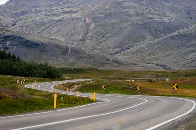 美しい道路と山のある風光明媚な風景