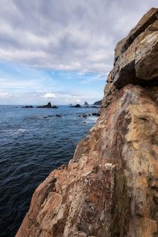 カナリア諸島のテネリフェ島の風光明媚な風景、岩の形成とbkue海の風景。