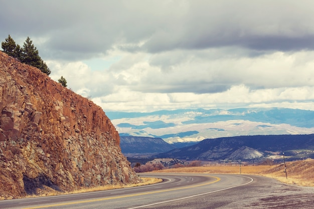 米国コロラド州サンファン山脈のミリオンダラーハイウェイ沿いの風光明媚な風景