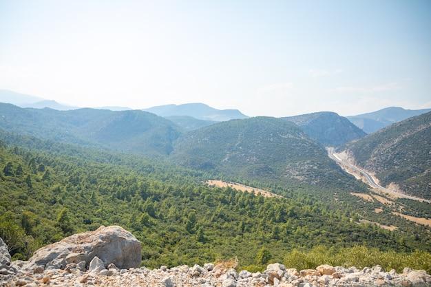 夏の日、トルコのアンタルヤ近くの新しい高速道路のある風光明媚な山の風景