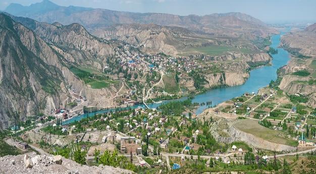 風光明媚な山の夏の風景。ズブトリは山間の村です。スラク川。ダゲスタン。ロシア