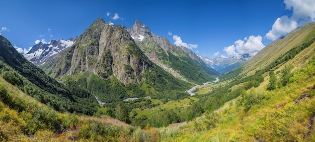 Живописная горная долина в летний день кавказских гор