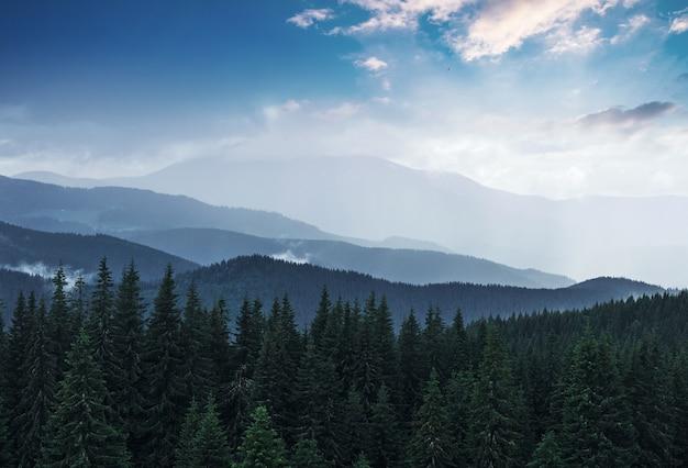雨上がりの風光明媚な山々の風景。ウクライナのカルパティア山脈。