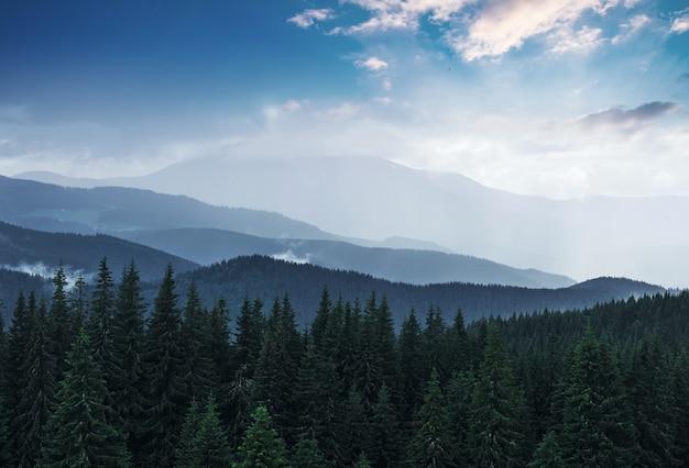 Живописные горы пейзаж после дождя.