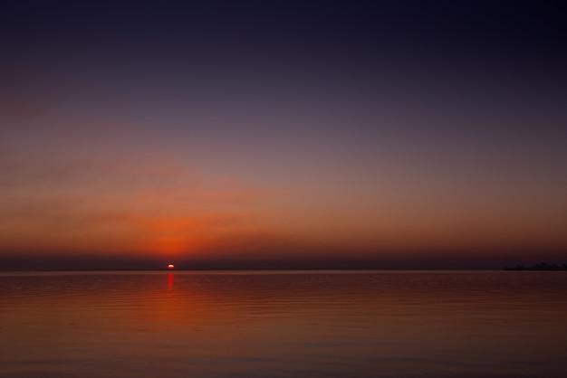 Живописный морской закат над спокойной водной гладью