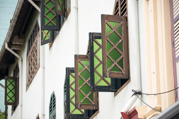 Живописные открытые окна на традиционных зданиях в китайском квартале сингапура с акцентом на переднее окно