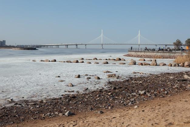 サンクトペテルブルク、ロシアのフィンランド湾に架かる美しい白い橋の風光明媚なパノラマ