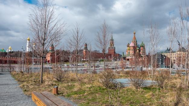 聖ワシリイ大聖堂とロシアのモスクワクレムリンを見下ろすザリャディエ公園の風光明媚なパノラマ。春のモスクワのランドマークの眺め。モスクワ中央公園の素晴らしい景色。