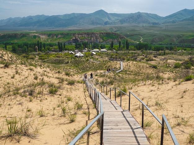 サリクムバルハンへの風光明媚な道。コーカサスの砂山