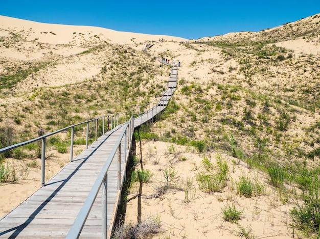 サリクムバルハンへの風光明媚な道。コーカサスの砂の山。ダゲスタン、ロシア。
