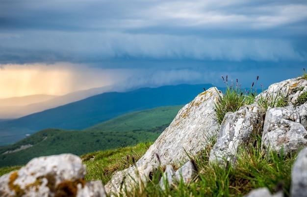 山の雨の風光明媚な写真。