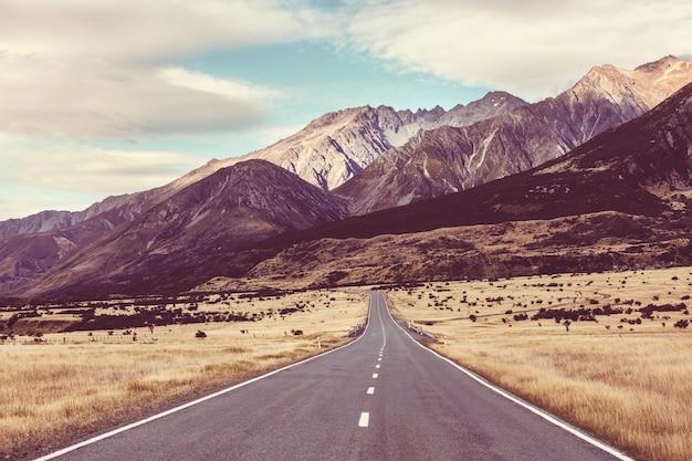 Живописная дорога вдоль гор в новой зеландии.