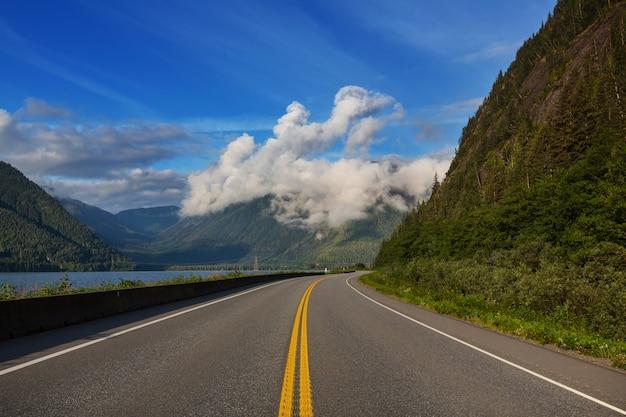 산에서 경치 좋은 길. 빈티지 필터.