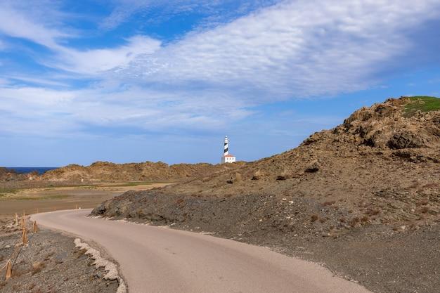 Живописная дорога, ведущая к маяку (faro de favaritx) на острове менорка, балеарские острова, испания