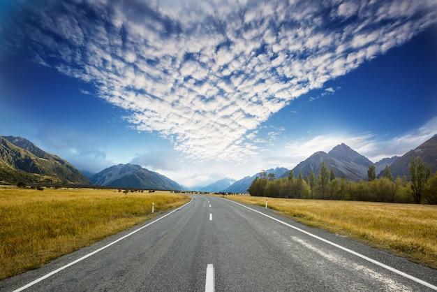 Живописная дорога в национальный парк маунт-кук, южный остров, новая зеландия.