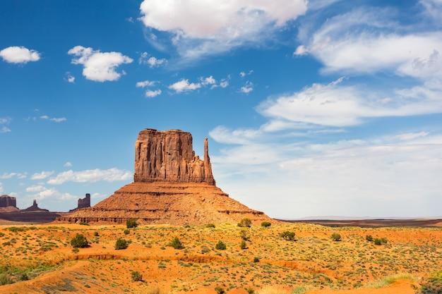 風光明媚な砂岩、モニュメントバレーの曇り空